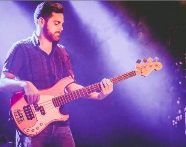 David Lagerweji spielt den Bass der Butterwegge Band